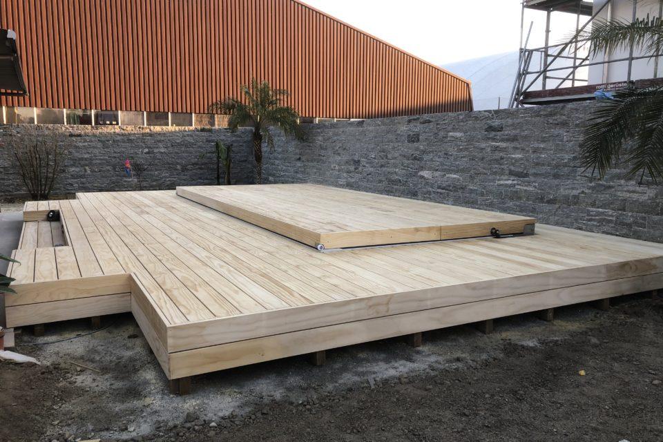 Schwimmspa Anlage mit Klapdeck und Holzumbau Accoya von RRV