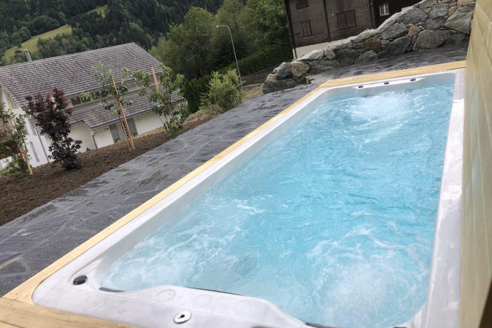 Eingebauter Schwimmspa mit Abdeckung